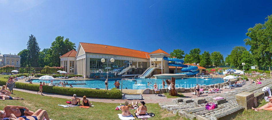 Spa Hotel Jesenius - outdoor pool with hydromassage jets and a relaxation area in the Aquaforum water center